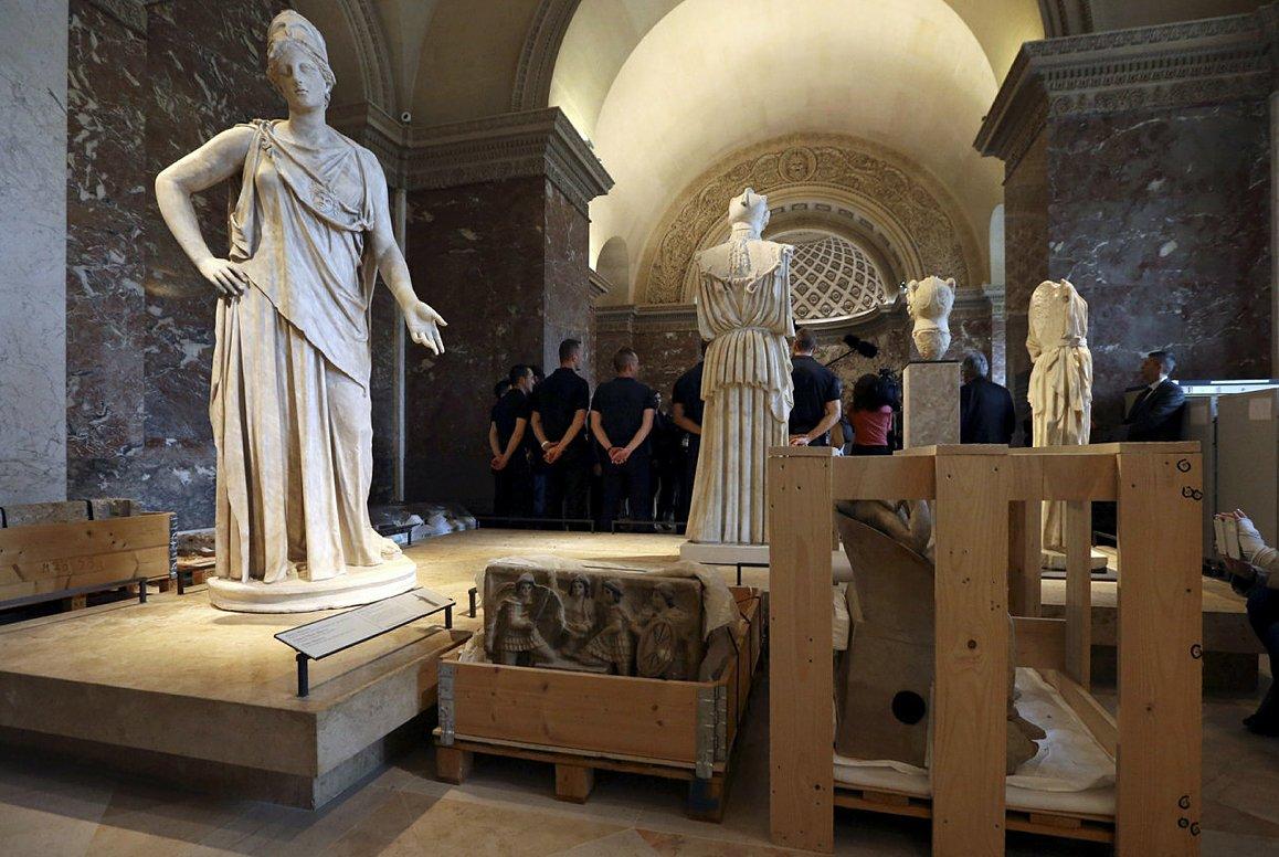 В Париже из Лувра эвакуируют «Мону Лизу» и другие мировые шедевры