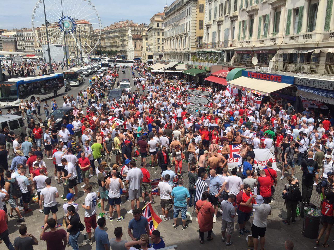 Болельщики сборных России и Англии подрались в порту Марселя — видео