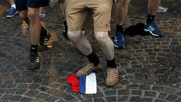 Французская полиция вместо буйных фанатов задерживает журналистов