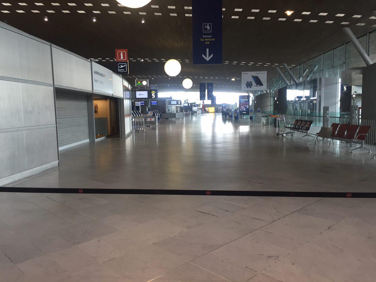 Полиция оцепила часть аэропорта Шарль-де-Голль из-за неизвестной сумки