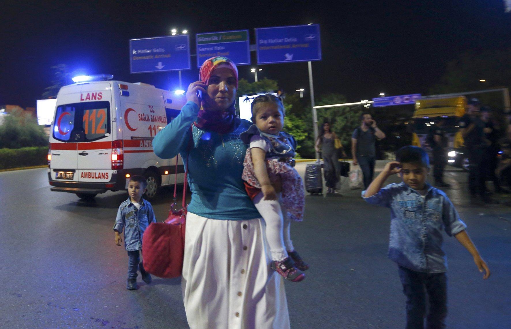 В результате двух взрывов в аэропорту Стамбула погибло 36 человек