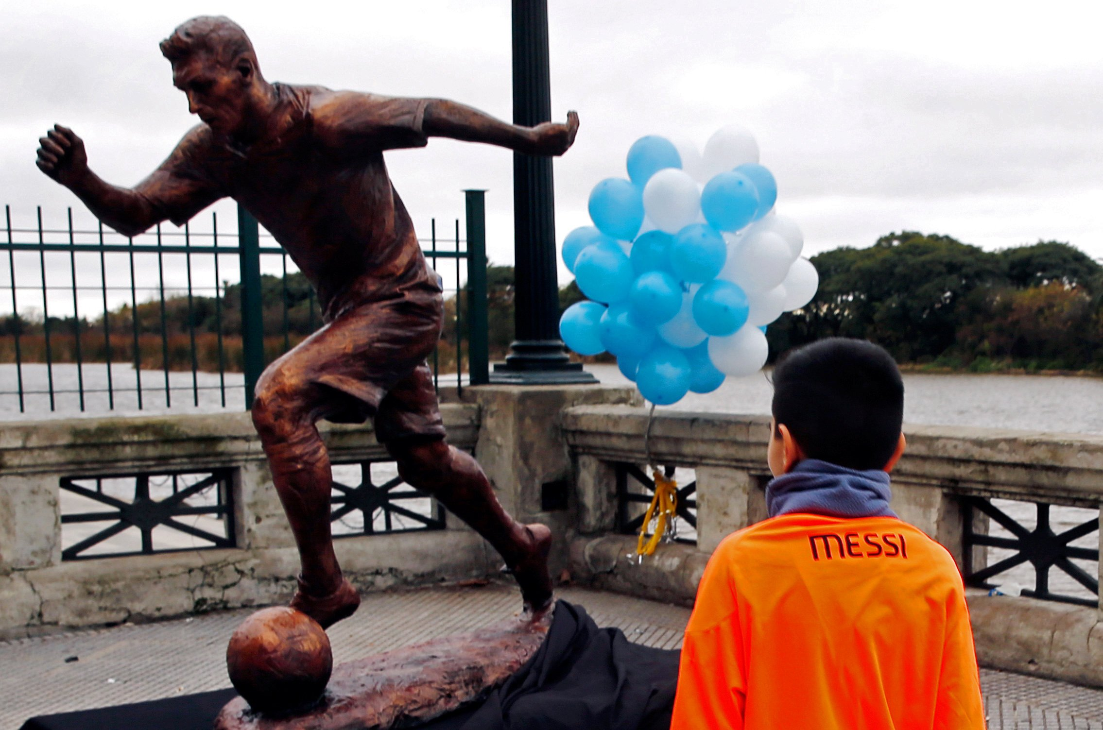 В Буэнос-Айресе установили статую Лионеля Месси