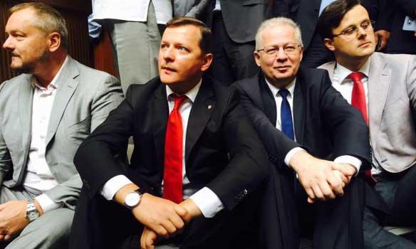 Депутаты Верховной рады Украины бастуют, сидя на полу