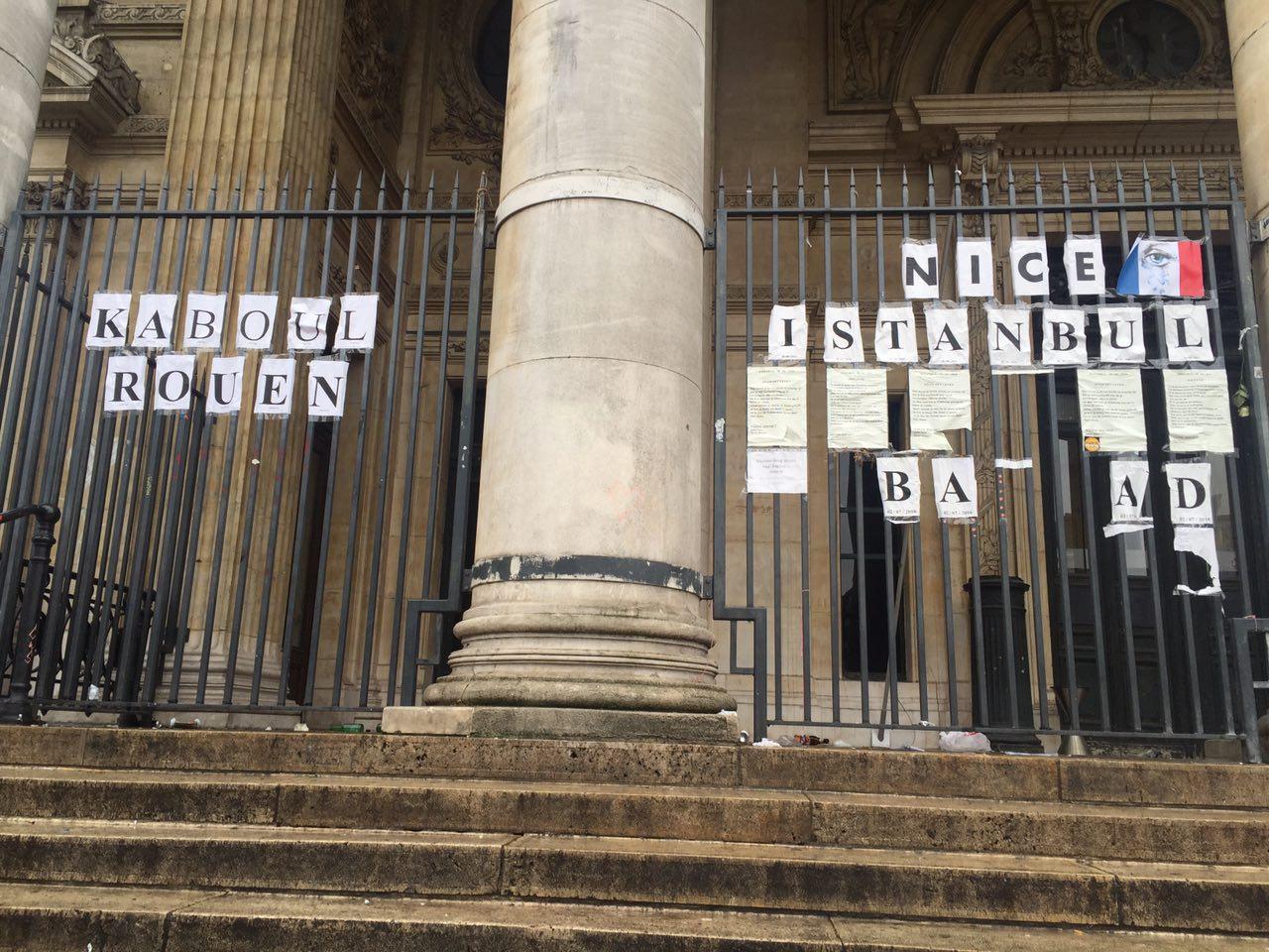 В Брюсселе на месте скорби идет конкурс по ловле покемонов