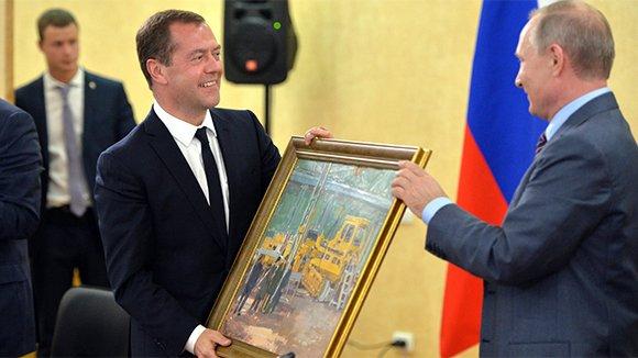 Путин потребовал не осваивать средства, а строить дороги