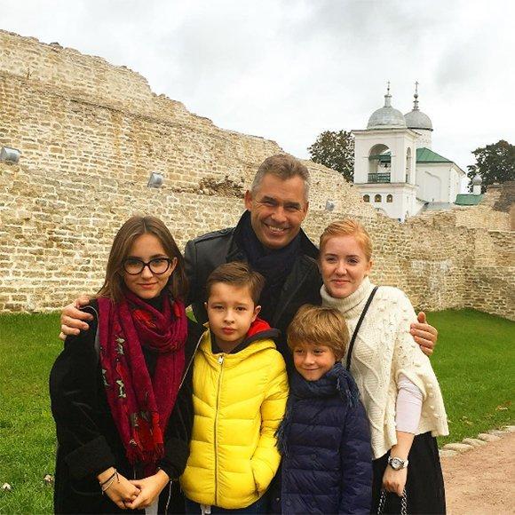 Павел Астахов переехал с семьейв Псков