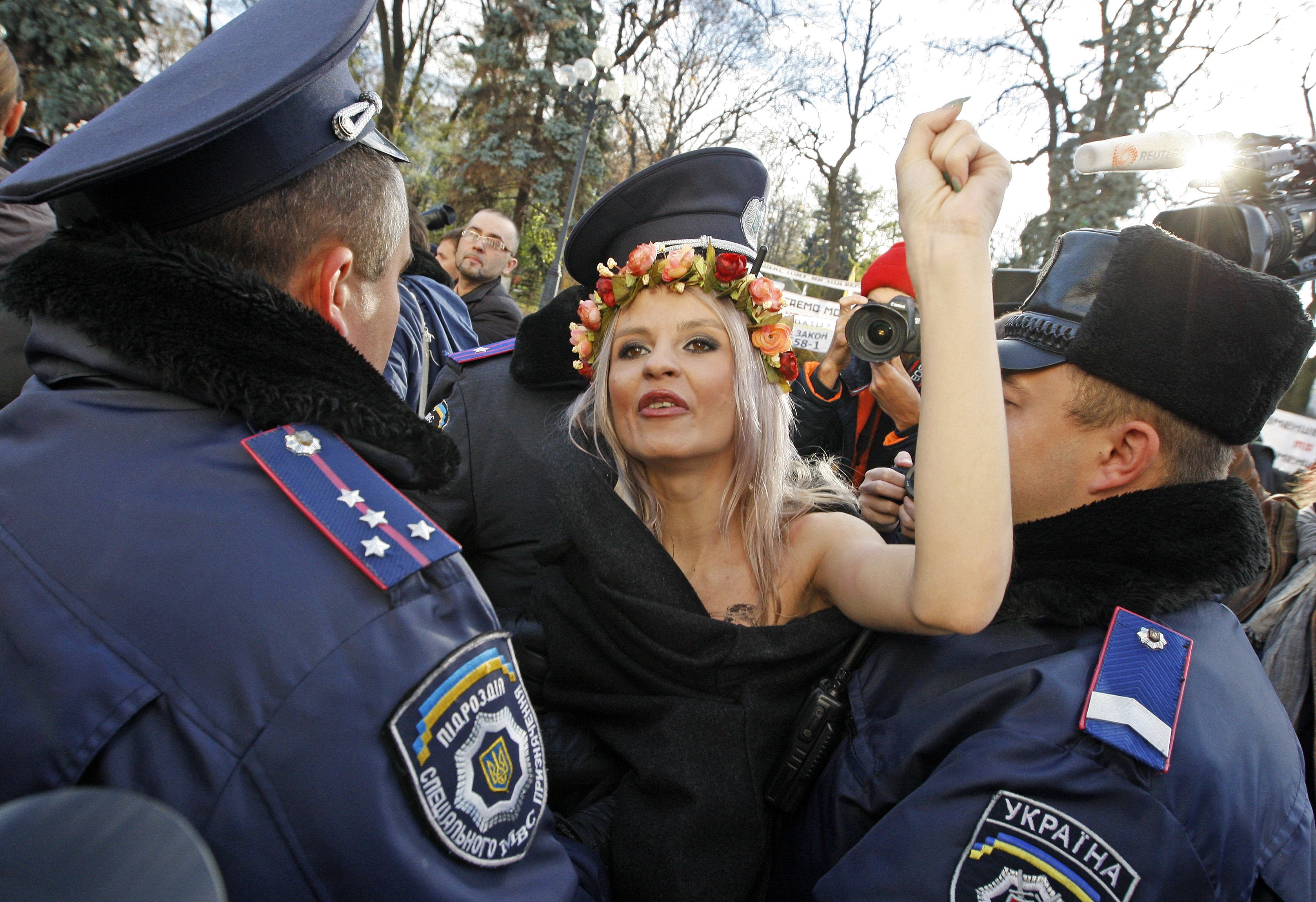 Участницы Femen выступают у посольства США против коррупции на Украине