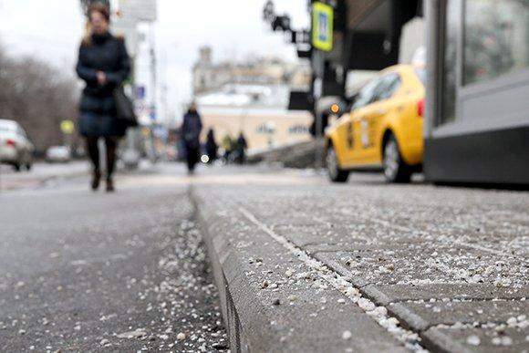 Соль, песок и камень: как борются со снегом в России и мире
