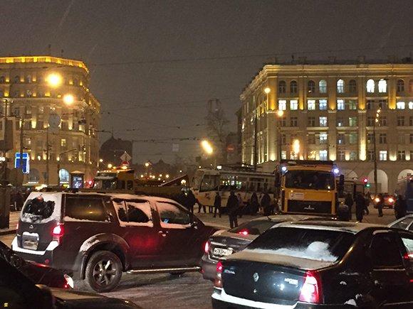 Грузовик столкнулся с трамваем в центре Москвы