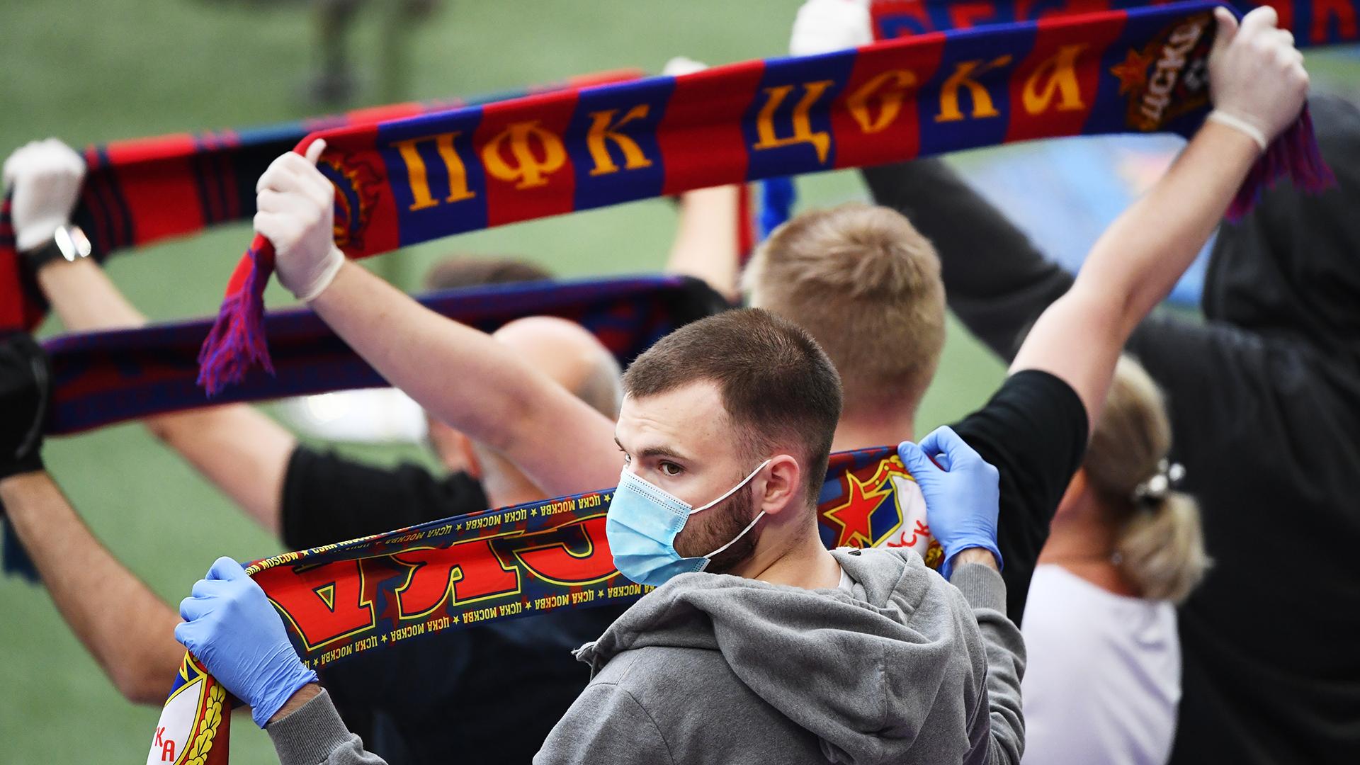 Маска, перчатки, гол: как выглядит футбол во время пандемии   Статьи    Известия
