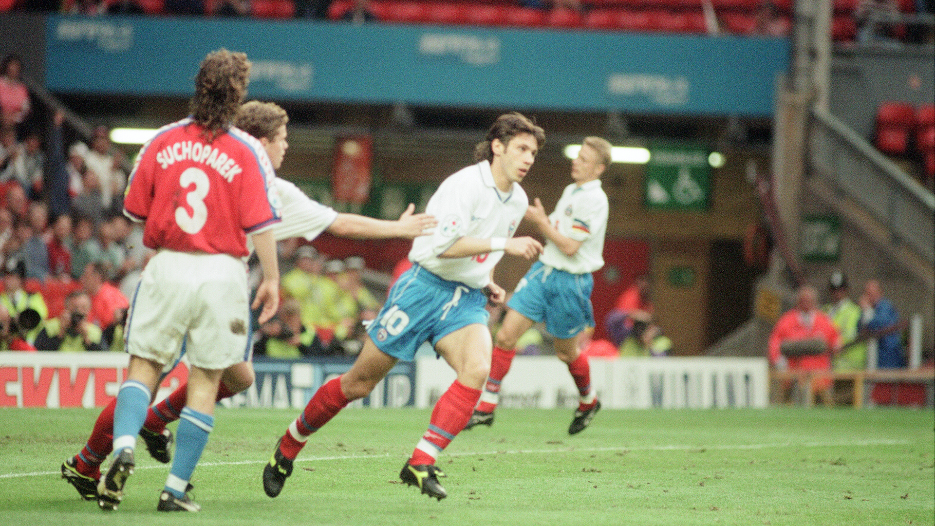 Футболист сборной России Александр Мостовой в матче против Чехии на Евро-1996