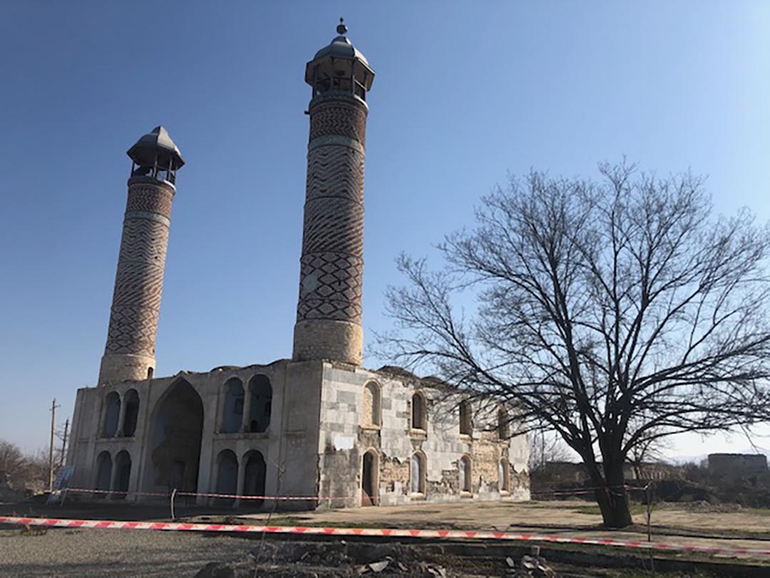 Полуразрушенная мечеть в городе Агдаме