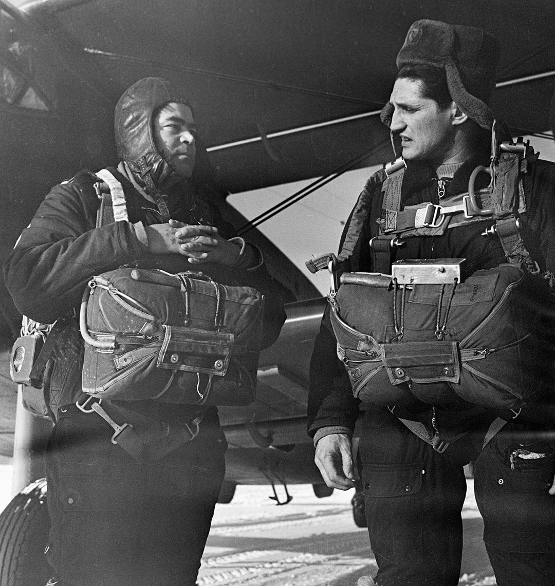 Лётчики-космонавты Борис Волынов (справа) и Андриян Николаев перед прыжком с парашютом