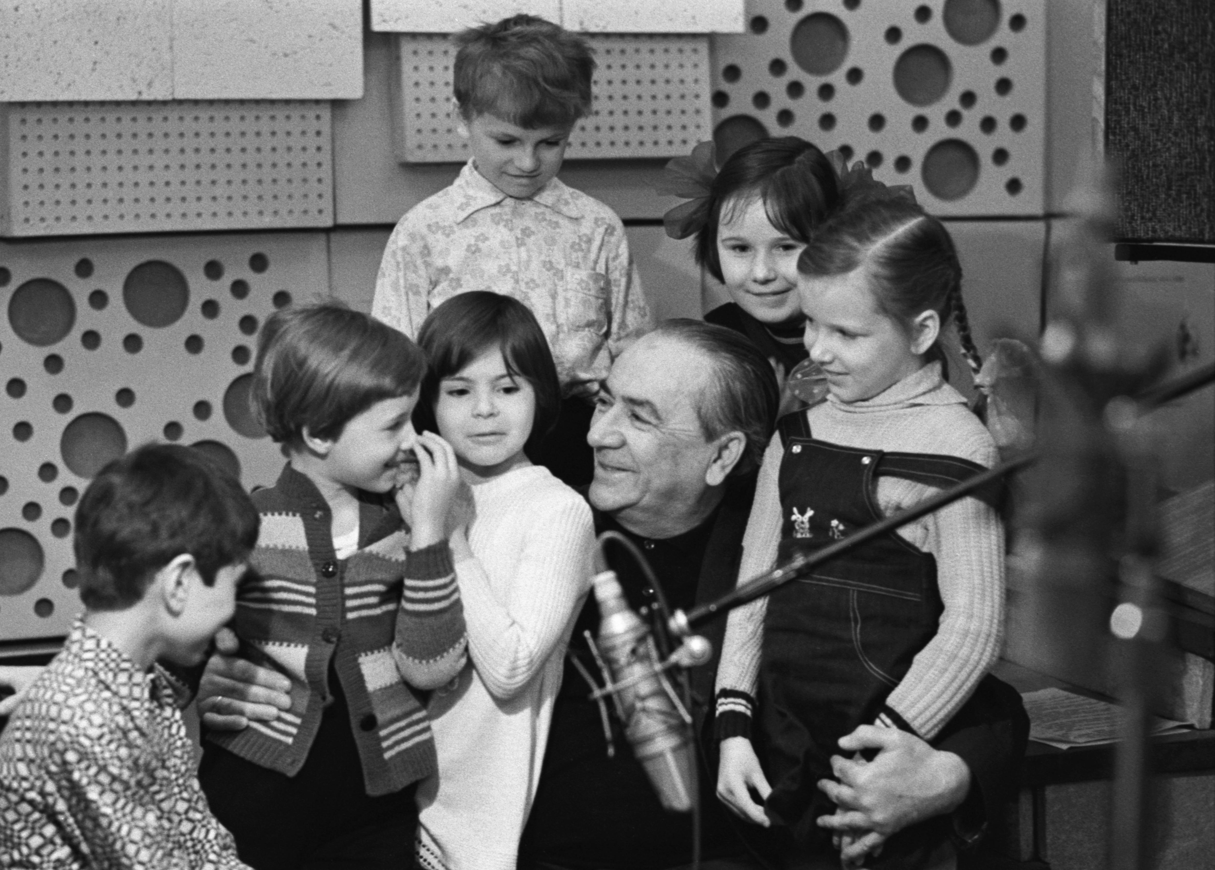 Фото: ТАСС/Олег Иванов Николай Литвинов во время записи детской радиопередачи «Веселый поезд», 1980 год