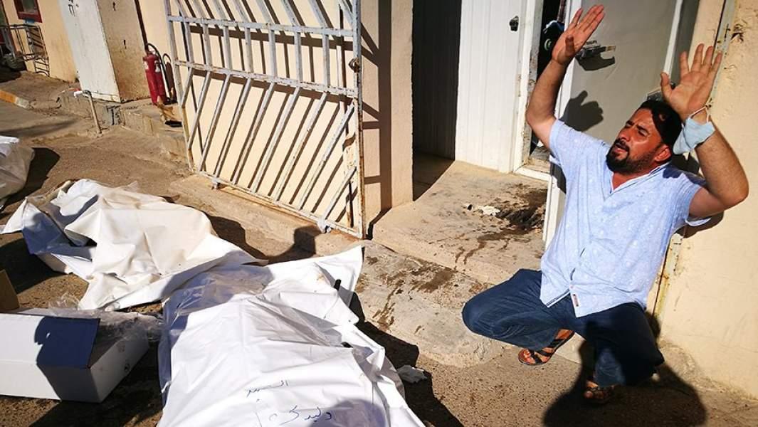 Мужчина у тел своих родственников в провинции Дияла в Ираке
