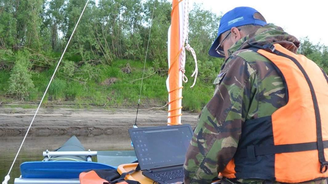 Участник экспедиции «Енисей-Арктика» на катамаране с ноутбуком