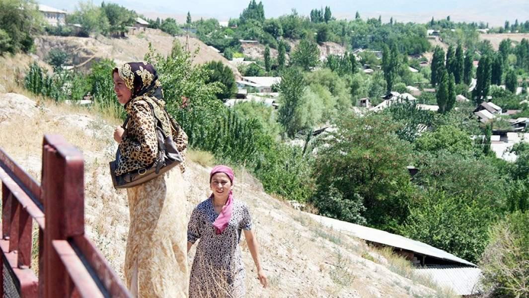 Две женщины поднимаются по склону горы