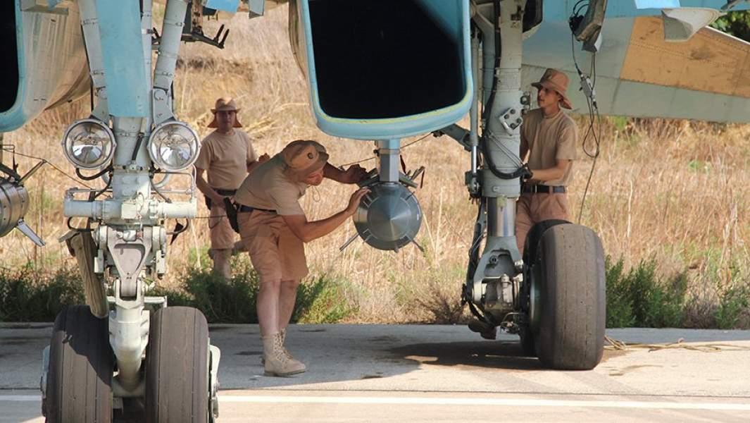 Технический персонал проверяют корректируемую авиационную бомбу во время подготовки самолета Су-34 к вылету на аэродроме «Хмеймим»