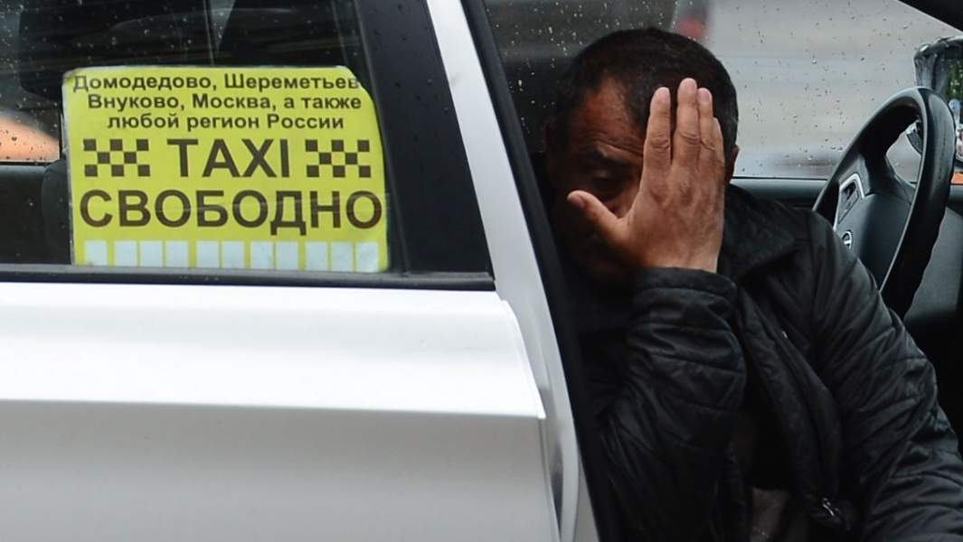 Водитель такси в ожидании пассажиров