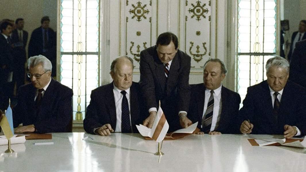 Президент России Борис Ельцин (второй справа), Президент Украины Леонид Кравчук (слева) и Председатель ВС Беларуси Станислав Шушкевич (второй слева) подписывают Соглашение о создании Содружества Независимых Государств