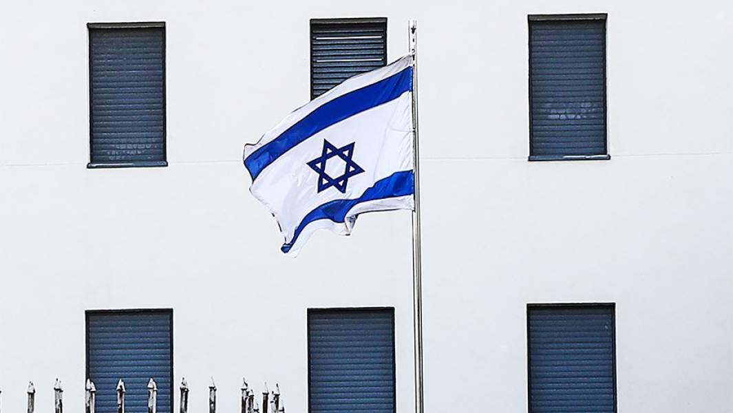 израильский флаг на фоне Посольства Израиля в Москве