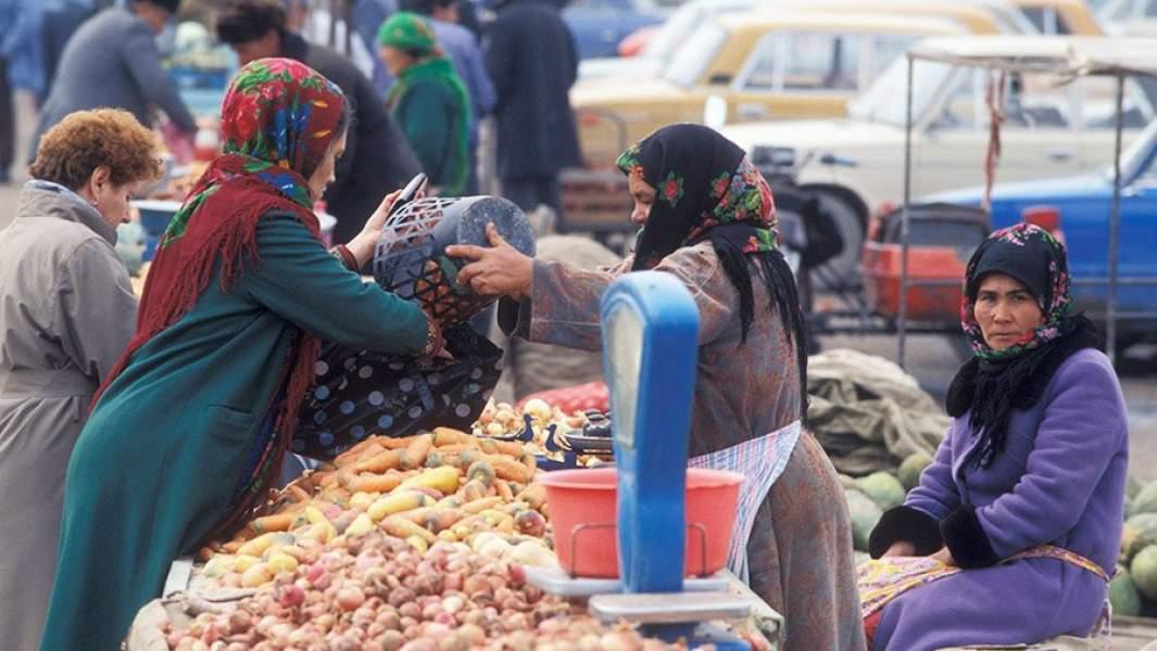 Женщины продают и покупают овощи на рынкев городе Байрам-Али