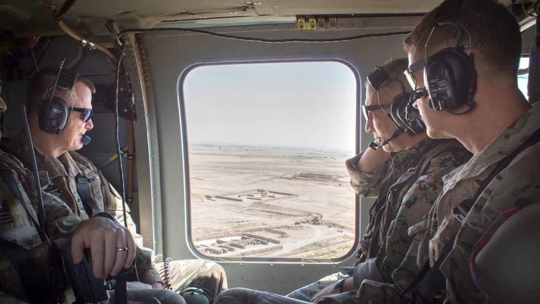Военные США совместно с членами вооруженной оппозиции Сирии совершают облет вдолине реки Сивер в средней части Евфрата