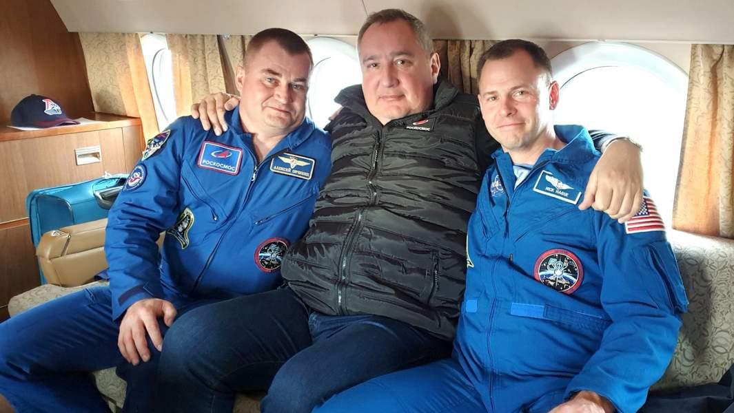 Глава российского космического агентства Роскосмос Дмитрий Рогозинс астронавтами Алексеем Овчининым из России и Ником Хейгомиз США