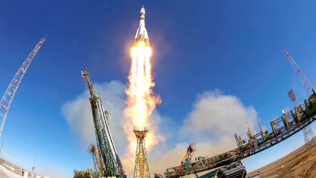 Космический корабль «Союз-МС-10» с экипажемвылетает на Международную космическую станцию (МКС) с пусковой площадки космодрома Байконур
