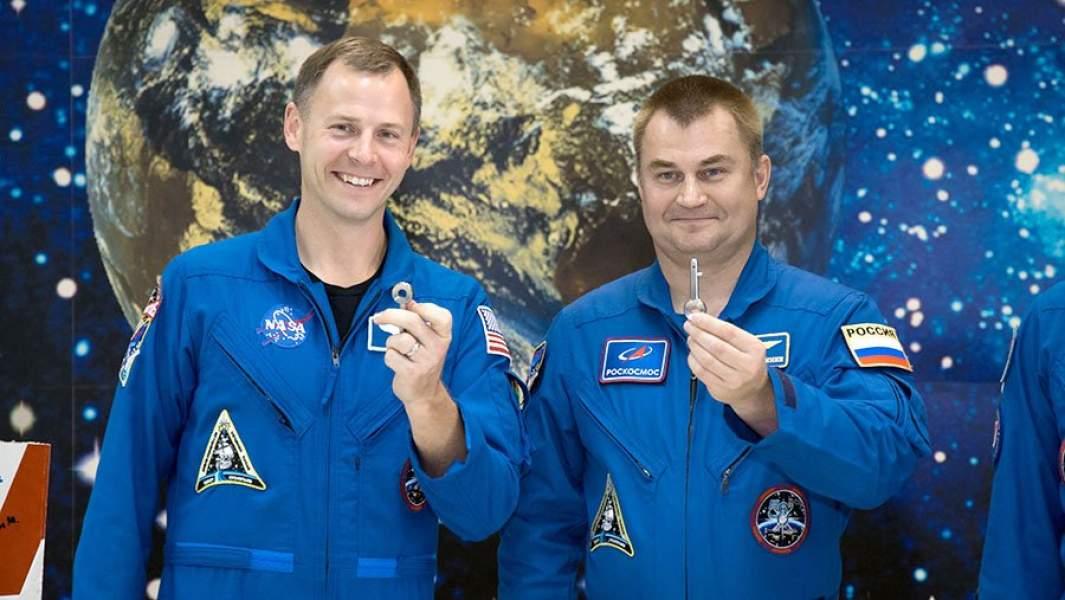 Ник Хейг (слева)и Алексей Овчинин (справа) демонстрируют «стартовые ключи», перед запускомСоюза МС-10