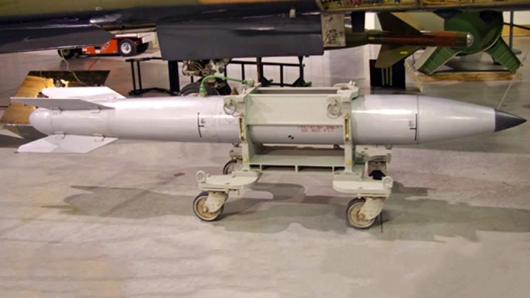 Американская ядерная бомба B61, готовая к загрузке в самолёт