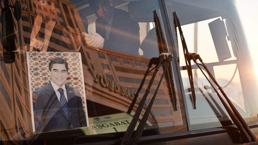 Портрет президента Туркменистана Гурбангулы Бердымухаммедова под стеклом городского автобуса
