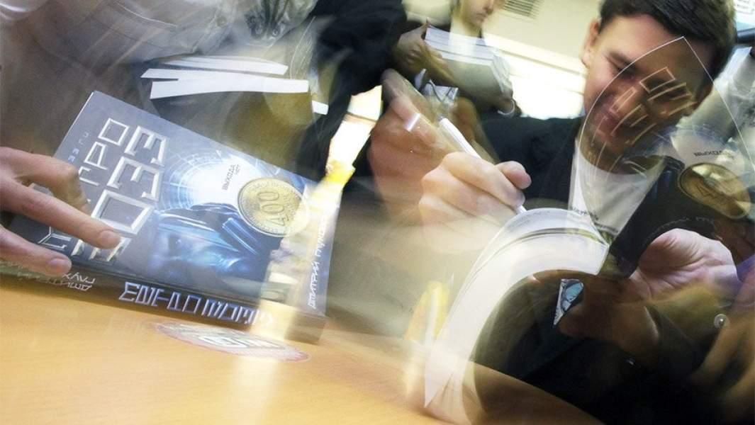 Дмитрий Глуховский подписывает свои книги
