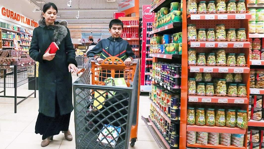 Покупатели в супермаркете торгового центра «Беркарар» в Ашхабаде