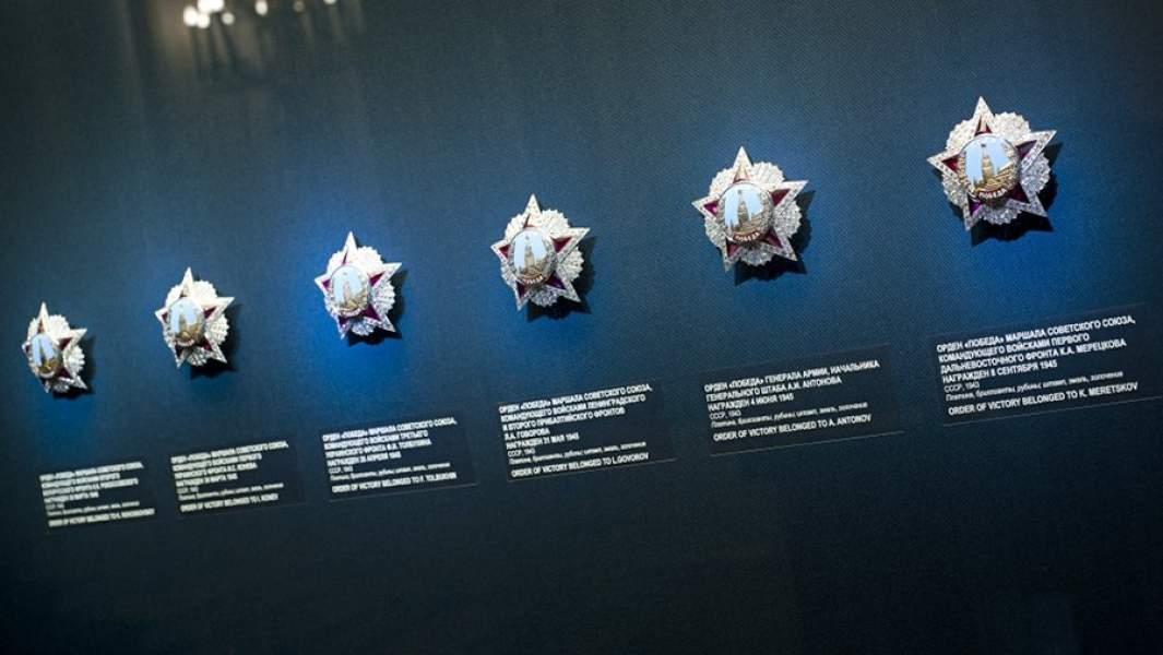 Экспозиция выставки «Память о Победе. Награды Второй мировой войны» в парадном вестибюле Оружейной палаты. 2015 год