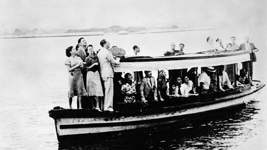 Еврейские беженцы на небольшом корабле пытаются попасть в США
