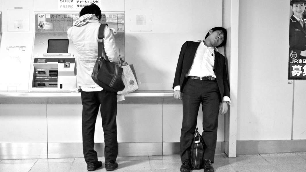 Бизнесмен спит в метро, Токио, Япония