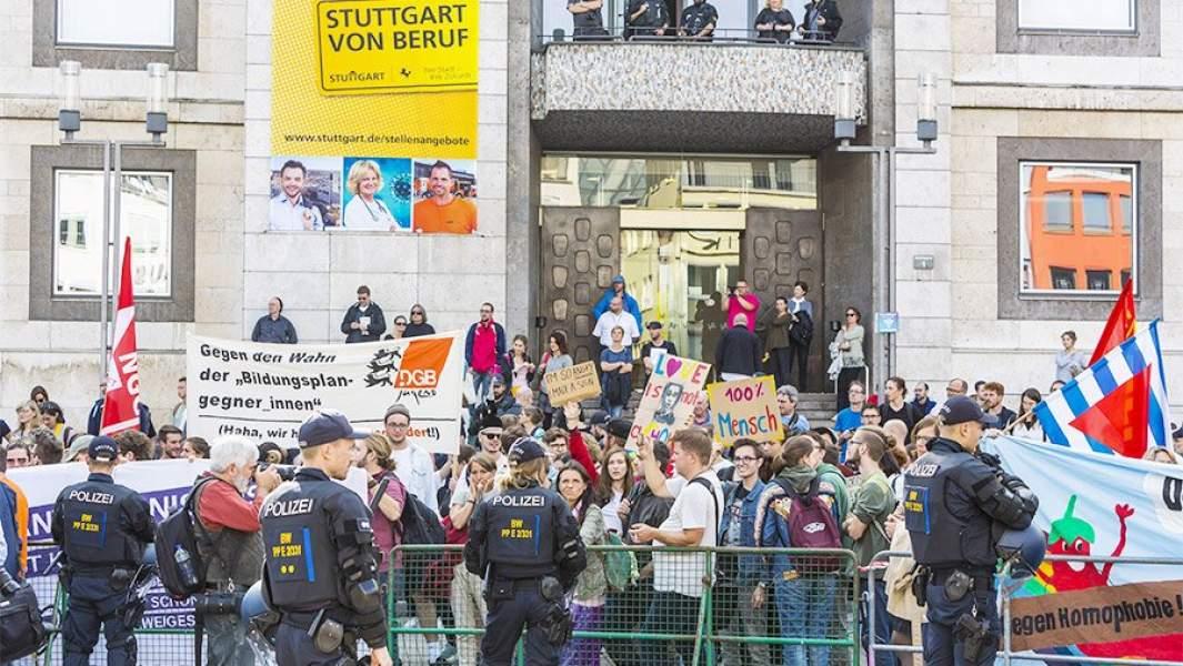 Сторонники и противники программы полового воспитания у мэрииШтутгарта