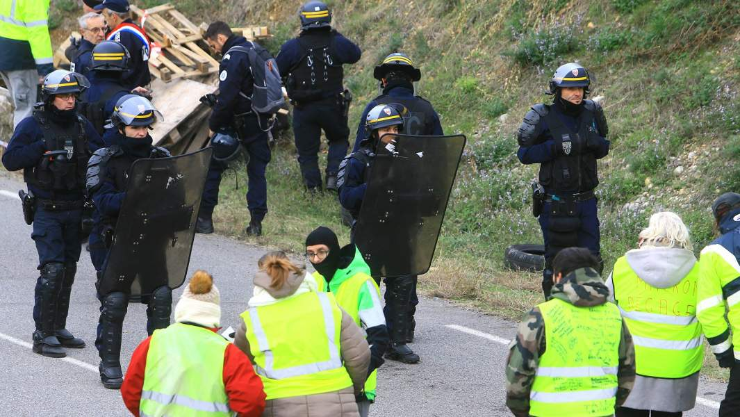Протестное движениеgilets jaunes — «желтые жилеты»— против планируемого повышения налога на автомобильное топливо, Валанс, Франция, 19 ноября 2018 год