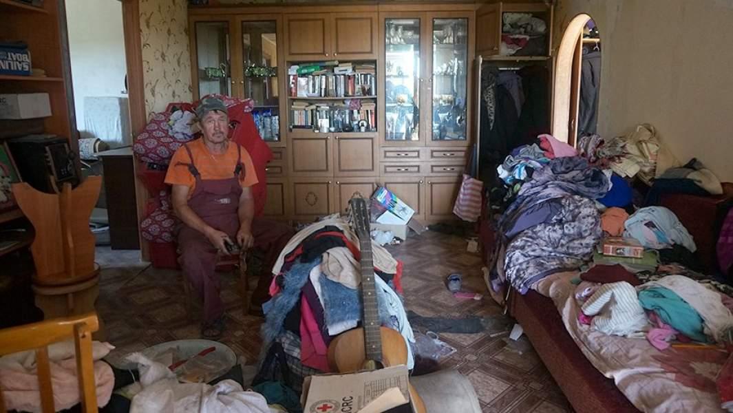 Разбитая, холодная квартира выполняет роль склада.На фото Александр Клишков