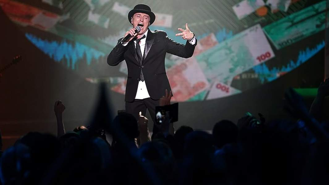 Сергей Безруков дал первый в своей карьере рок-концерт, впервые выступиввместе со своей рок-группой «Крестный папа»