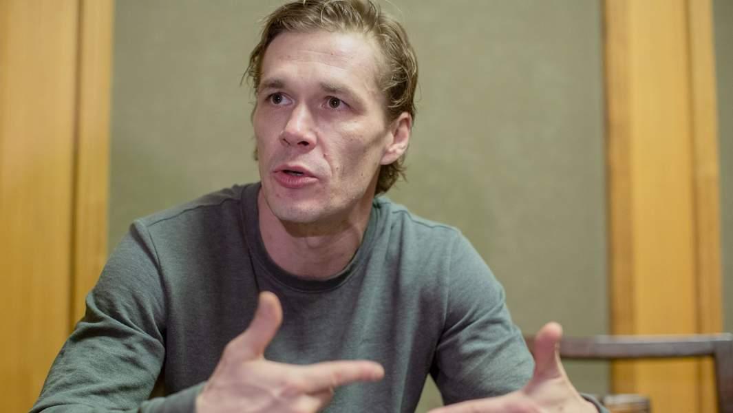 актер Артем Быстров во время интревью