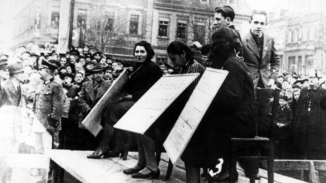 Еврейские женщины в Линце, Австрия, с плакатами«Я был исключен из национальной общины»