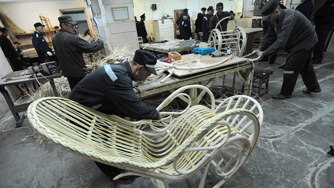 Заключенные работают на производстве плетеной мебели в исправительной колонии №10строгого режима в Екатеринбурге