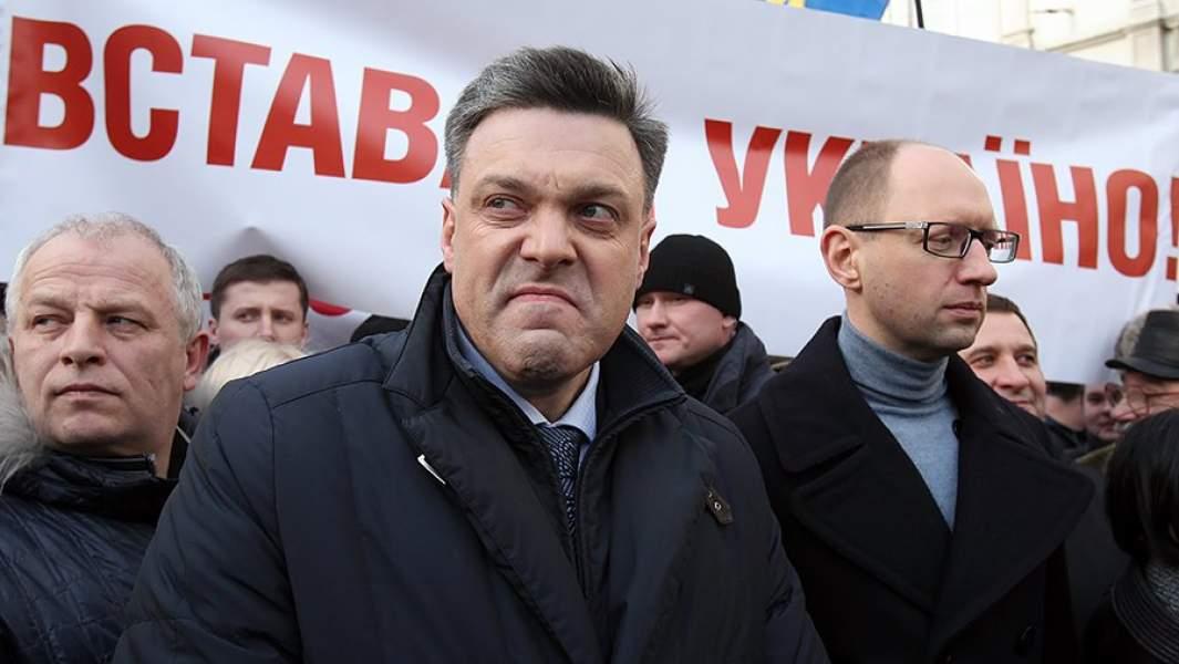 Олег Тягнибок и Арсений Яценюк (справа) на акции протеста оппозиции во Львове в рамках общенационального проекта «Вставай, Украина!»