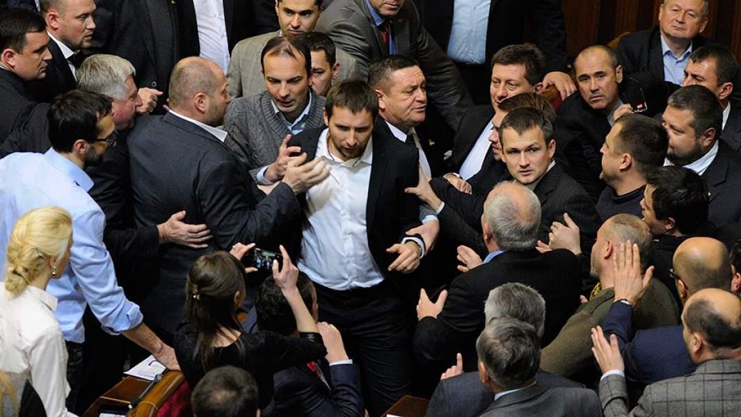 Потасовка между депутатами на заседании Верховной Рады Украины. В центре - депутат Владимир Парасюк