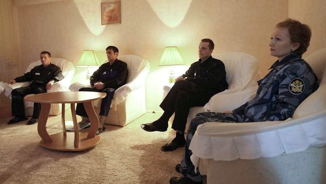 Психолог работает с осужденными в комнате психологической разгрузки в исправительной колонии строгого режима №17 в поселке Индустриальный в Красноярском крае