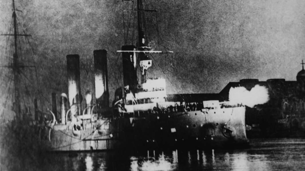 Петроград. 25 октября 1917 года. Крейсер «Аврора», совершивший «выстрел, возвестивший о начале новой эры»