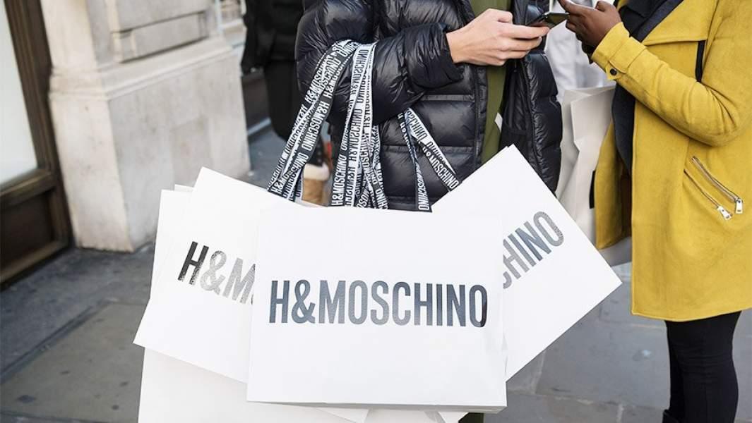 Люди на улице с пакетами H&Moschino