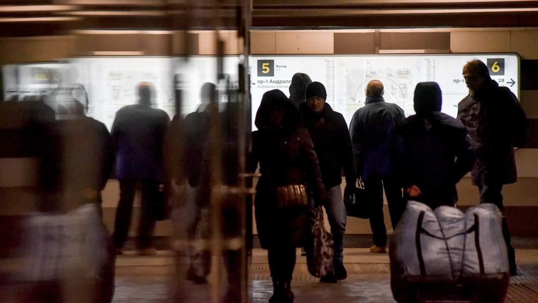 метро россияне прохожие